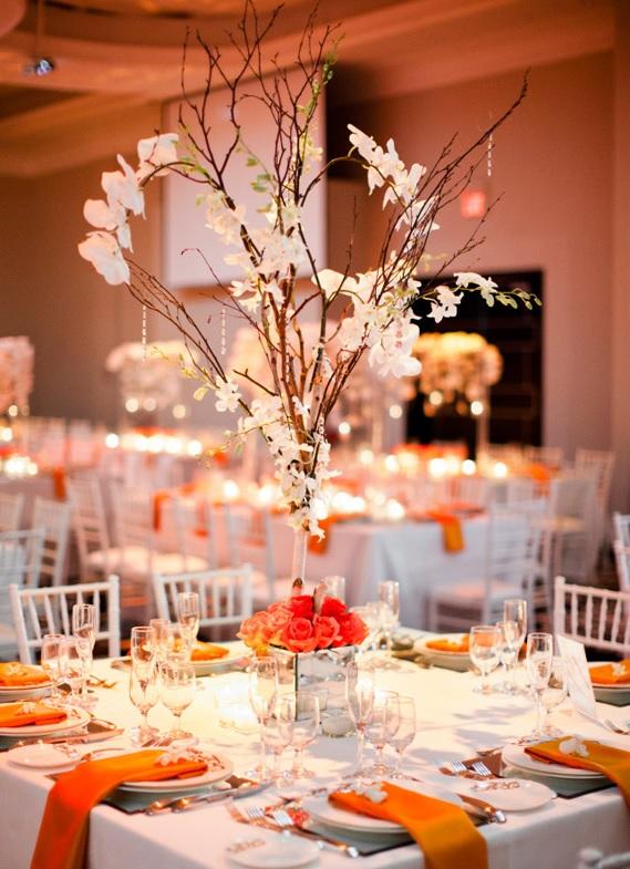 פרחים כתומים שולחן חתונה קישוטים וכוסות יין