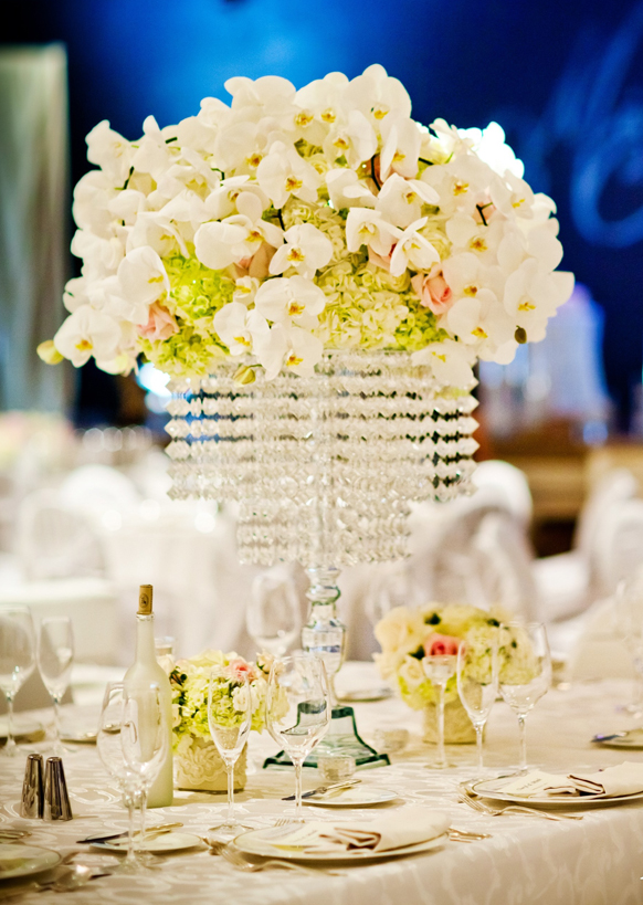 Hvitt bryllup krystall dekorasjoner vinglass og blomster midt