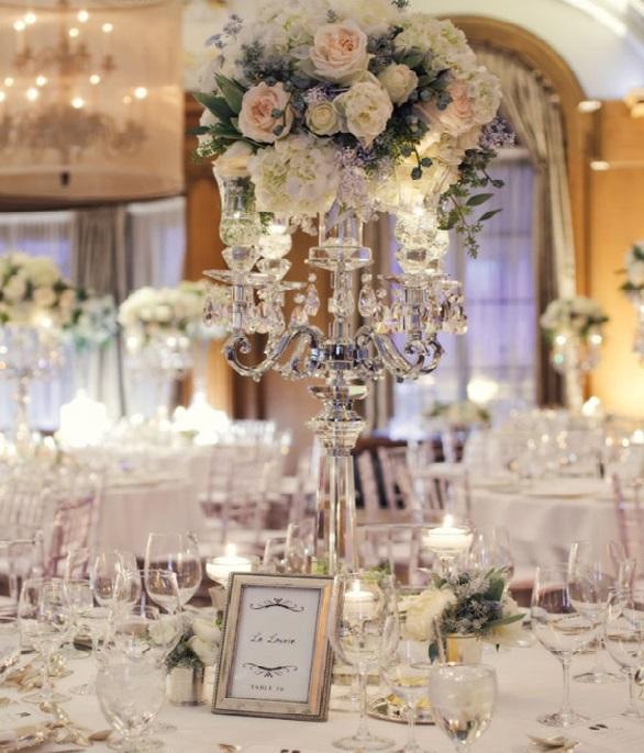 Lepa poroka kristalno okrasje kozarca vina in cvetja osrednja