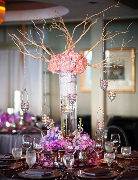 lilla bryllup bordpynt vinglas og blomster